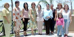 María Elena Solís de Ayala, acompañada de amigas y familiares en la fiesta de canastilla que le ofrecieron Lydia y Graciela Solís.
