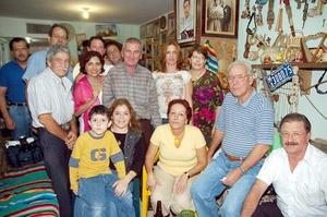 Grupos de amigos cubanos y laguneros que festejó el cumpleaños de Pedro.