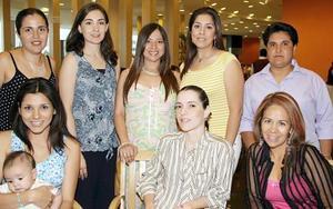 Rocío Acosta de Zupanc, acompañada de algunas invitadas a su fiesta de canastilla.
