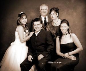 Srita. Valeria Ortiz Escobedo, en una foto de estudio con motivo de sus quince años, acompañada de su familia