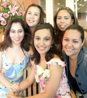 Gabriela Anaya Galván en compañía de Adrian Anaya, Susy Anaya, Verónica de Anaya e Hilda Cabrera, en la despedida que le organizaron recientemente.