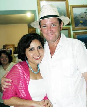 Carlos Gómez y la lagunera Carmelita Adalid de Gómez, captados en la fiesta de cumpleaños de Pedro Sánchez.