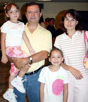 Mauricio Cantú y Sandy de Cantú, con sus hijas Sofía y Andrea.
