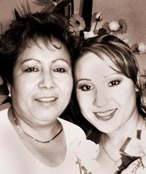 Claudia Marcela Mora Rivas en compañía de su mamá, Mary de Mora, quien le organizó una despedida por su próxima boda con Nelson Tuda Lozano.