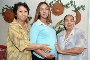 Gloria Aguilar de Naffarrate disfrutó de una fiesta de regalos para el bebé que espera, organizada por su mamá, Gloria Tiscañero y su suegra, Soledad Parra.