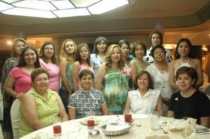 Rocío Benítez de Ochoa acompañada por un grupo de familiares y amigas, en el festejo de canastilla que le ofrecieron en honor del bebé que espera.