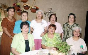 Doña María Álvarez Díaz con sus amigas Rosa María Valdepeñas, Lupita Cortinas, Norma Cardona, Cony Plata y otras más.