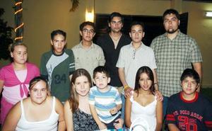 <b>09 de agosto 2005</b><p> Rodrigo Rangel, Natalia García, Mariana Anzures, Sebastián Buruaga, Manuel Vásquez, Óscar Vásquez, Angelina Anzures, Guillermo Sánchez, en pasado convivio.