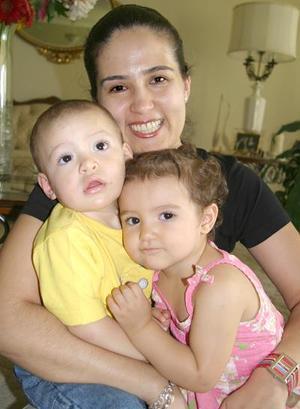 <b>08 de agosto 2005</b><p>  Mónica del Río de De la Garza, con sus hijos María y Hernán de la Garza.