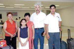 Juan Carlos, San Juana, Carlos y Karla viajaron a Zihuatanejo y los despidió Socorro.