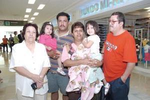 Jesús Bernal, Socorro Zárate y Daniela Bernal viajaron a Tijuana, y los despidió Beny Bernal, Miguel y Michel Olvera.