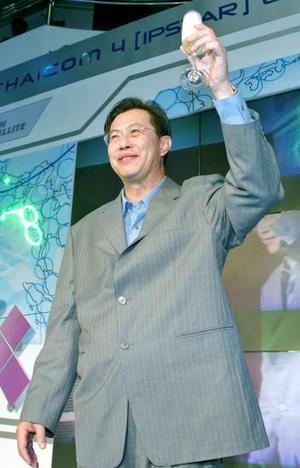 El presidente de la compañía de telecomunicaciones Shin Satellite PLC, Boonklee Plangsiri, brinda con champán por el exitosos lanzamiento.