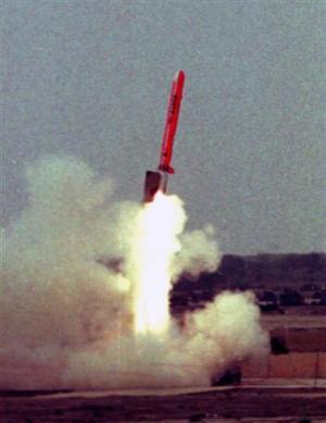 El 'Babur' es un misil que viaja a nivel de la tierra siguiendo los contornos del terreno y puede evitar la detección de radares, agregó el militar. <p> 'Llevando a cabo la exitosa prueba, Pakistán se ha unido a un selecto grupo de países que tienen la capacidad de diseñar y desarrollar misiles de crucero', dijo el militar en un comunicado.