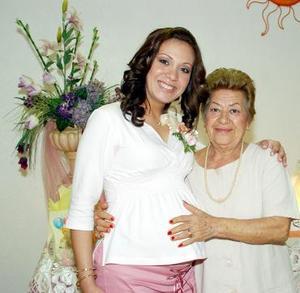 Ana Karla Baranda de Backmann en compañía de su abuelita Hortensia Chavira de Baranda, en la fiesta de canastilla que le ofrecieron recientemente al bebé que espera.