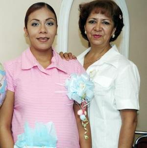 <b>10 de agosto 2005</b><p>  Alejandra Sánchez juntó a su tía, Aída Sánchez Rentería, quien le organizó una fiesta de canastilla para el bebé que espera.
