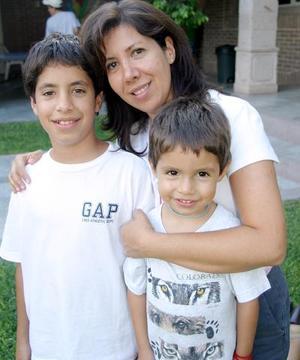 <b>10 de agosto 2005</b><p>  Mariam Talamás, con sus hiji}os Santiago y Juan Diego Talamás.