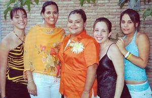 Delia del Socorro Cabral Gómez acompañada por un grupo de amigas, en la despedida de soltera que le ofrecieron hace unos días, con motivo de su próximo matrimonio.
