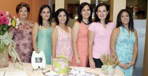 Gabriela Fernández de Del Río, en compañía de Martha Rodarte de Del Río, Martha de González, Mónica de DE la garza, Cristina del Río y Andrea del Río.