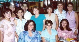 <b>10 de agosto 2005</b><p> Rocío, Pilar, Estelita, Tensy, Cristy, Victoriano, Pily, Julieta, Nancy, y otros amigos, captados en festejo.