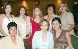 La festejada acompañada por Raquel Gloria, Raquel Gloria Arredondo, María Estela Acosta de Peralta, Laura Contreras, Juanita Enriquez, Lidia de Romero y Vanessa Romero.