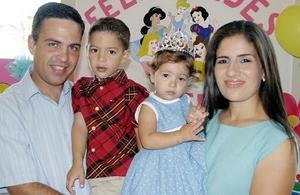 Una bonita fiesta le ofrecieron a Valeria Sada Bello sus padres, Sergio Sada Sordo y Lorena Bello de Sada, la acompaña su hermano Sergio.