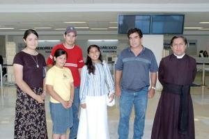Linda Macías viajó a Argentina y fue despedida por la familia Macías.
