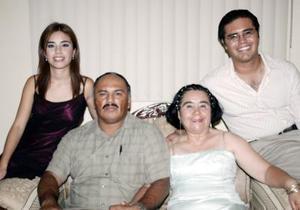 <b>12 de agosto 2005</b><p> Alma Orozco de Mirón festejó su 50 aniversario de vida, acompañada de Víctor Manuel Mirón, Alma Mirón y Víctor Mirón.