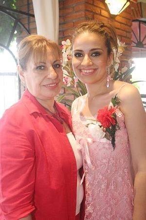 Luzma Castañeda junto a su mamá, Luzma Diosdado de Castañeda, quien le organizó una despedida de soltera por su próxima boda.