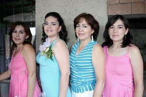 María Guadalupe Delgado Talavera junto a las anfitrionas de su despedida, Lupita Talavera, Mayra y Bibiana Delgado.