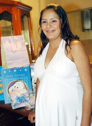 <b>11 de agosto 2005</b><p> Con motivo del próximo nacimiento de su bebé, Karina Rangel de Ramírez disfrutó de una fiesta de canastilla que le organizaron Lily de Ramírez y Lupita Ramírez.