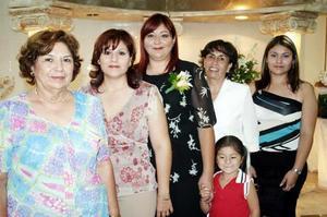 Antonieta Estrello de López, Araceli López de Muñoz, Cecilia de Gutiérrez, Karla López y Karlita González, le organizaron la despedida a Guadalupe López Estrello.