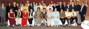 v Felices de reencontrarse nuevamente, ex alumnos de la Escuela Comercial Treviño Generación 61-65.