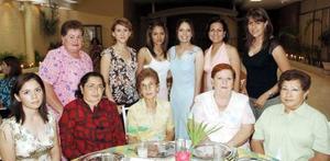 Rocío Elizabeth Muñoz López acompañada por un grupo de invitadas, quienes asistieron a la despedida que le ofrecieron por su cercano enlace matrimonial con jorge Aguilar González.