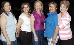 <b>12 de agosto 2005</b><p> Sandra Monárrez Galicia en compañía de Paty Tapia, Rosy Ramos, Martha Calero y Sahara de Faudoa, en la fiesta que les organizaron con motivo de su cumpleaños.