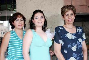 María Guadalupe Delgado Talavera acompañada de su mamá, Lupita Talavera, y de su suegra, Francisca Limón.