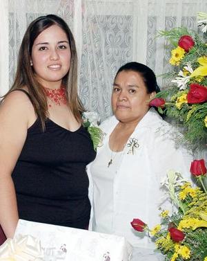 Rosa Liliana Vélez Cárdenas en compañía de su suegra, Rita Medina de Ramos en su fiesta de despedida de soltera.
