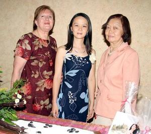 <b>13 de agosto 2005</b><p> Yuriko Cristina Tanaka en compañía de su mamá, María Cristina de Tanaka y su suegra, Estela Bustamante de Castorena.