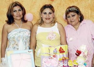<b>13 de agosto 2005</b><p> Tamara Carrillo, espera el nacimiento de su segundo bebé para el próximo cinco de septiembre, motivo por el cual su mamá, Rosario Alvarado de Carrillo, le organizó una fiesta de canastilla.