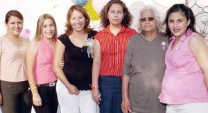 Érika Moreno de Rodríguez, acompañada por algunas de las asistentes a la fiesta de canastilla que le organizaron.