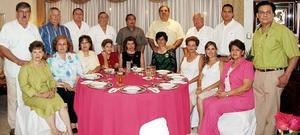 <b>13 de agosto 2005</b><p> Tere de Ruiz y Carlos Ruiz acompañados de varios amigos.