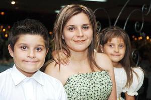 <b>13 de agosto 2005</b><p> Marcela Miñarro acompañada de sus hijos Carlos y Bárbara Estrella Miñarro.