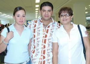 <b>13 de agosto 2005</b><p> Leidy Rodríguez, Antonio Muñoz y Elsa Acevedo viajaron Los Ángeles.
