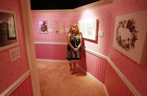 En 1981 Kitty hace su primera película Kitty and Mimi´s new umbrella (comienzan a aparecer más objetos de Hello Kitty, cámaras, teléfonos y otros objetos electrónicos)