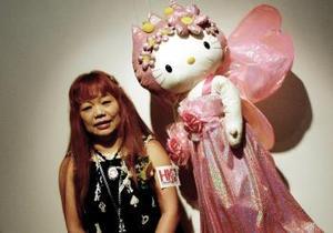 En 1976 Sanrio adopta a Hello Kitty y empieza a experimentar con ella, ahora en lugar de estar sentada la empiezan a dibujar de pié.