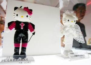 La primera vez que se mostró la cara de Kitty hace 30 años, fue en unos monederitos que se convirtieron en un producto muy popular. Y mientras Kitty aún no había sido oficialmente bautizada, los estuchitos se vendían como pan caliente y se multiplicaron los productos similares con la imagen de Hello Kitty, incrementando la popularidad de la gatita. Desde entonces, Hello Kitty es un producto exclusivo de Sanrio. <p> En 1975 esta gatita recibe un nombre, Hello Kitty. Su familia aparece en este mismo año. (Por estas fechas se crea el primer objeto de Hello Kitty, una pequeña carterita con un dibujo de ésta).