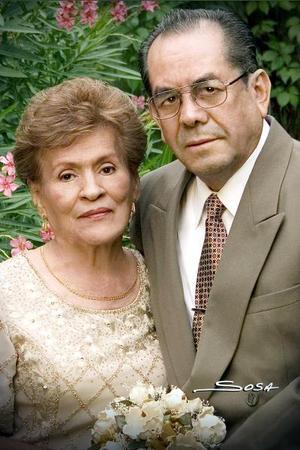 Sr. Pedro Salgado y Sra. Bertha Martínez de Salgado en una fotografía de estudio con motivo de su 50 aniversario de feliz matrimonio