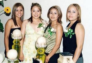 Claudia Marcela Mora Rivas acompañada por sus hermanas Carolina, Cony y Georgina, en su despedida de soltera.