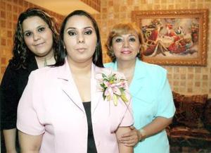 Contesina Cabello Perales acompañada de su mamá y su hermana el día de su festejo de despedida