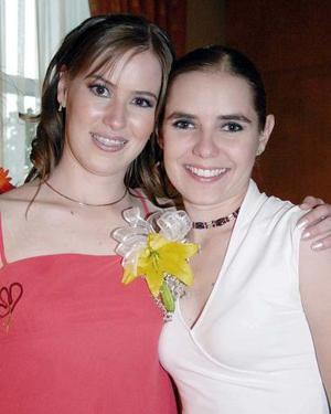 <b>14 de agosto 2005</b><p>  Ángela García de Alba Hiriart acompañada de su hermana Marcela, en su despedida.
