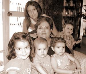 Martha Esther Rodarte de Del Río con sus nietos Andrea,  Maryfer, Diego, Hernán y María.